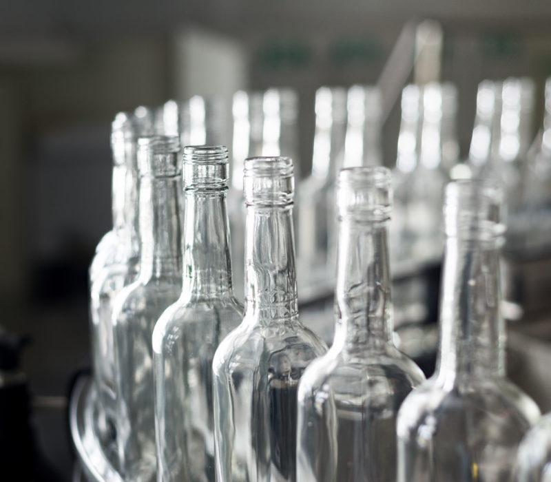 acqua in bottiglia di vetro